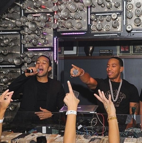 John Legend và Ludacris trình diễn cho phần mở đầu của một buổi tiệc