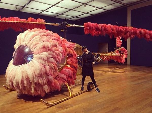 Katy Perry tạo dáng bên chiếc máy bay siêu độc
