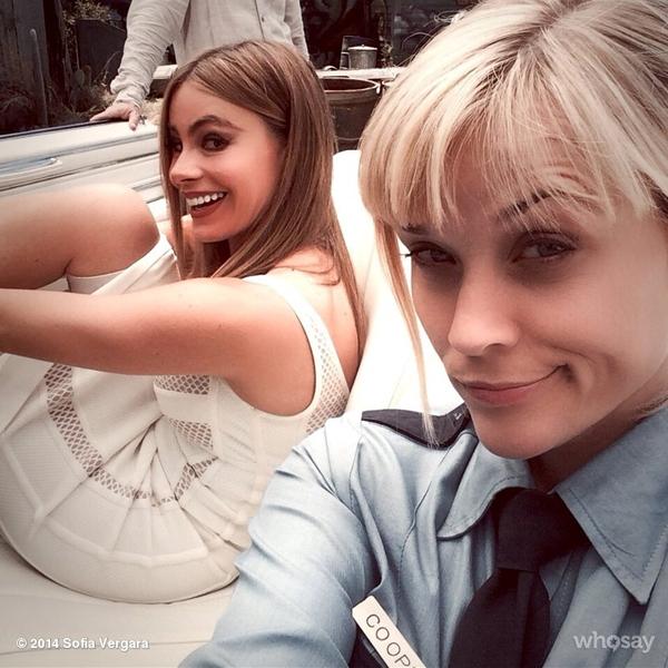 Sofia Vergara và Reese Witherspoon vui vẻ chụp ảnh tự sướng với nhau