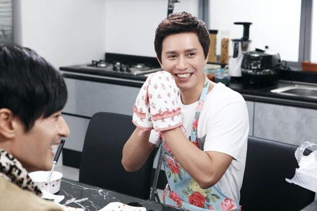 Nam diễn viên Kim Min Jong chiêu đãi người bạn Jang Dong Gun một bữa ăn do chính tay anh nấu trong tập 8 của phim A Gentleman's Dignity. Họ vào vai 2 người bạn thân thiết lâu năm của nhau. - Tin sao Viet - Tin tuc sao Viet - Scandal sao Viet - Tin tuc cua Sao - Tin cua Sao