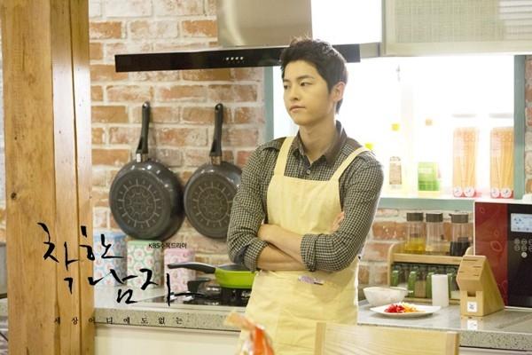 Nam diễn viên Song Joong Ki vào bếp trong tập 17 của bộ phim ăn khách Nice Guy chuẩn bị bữa sáng cho bạn gái là cô nàng tiểu thư Moon Chae Won. - Tin sao Viet - Tin tuc sao Viet - Scandal sao Viet - Tin tuc cua Sao - Tin cua Sao