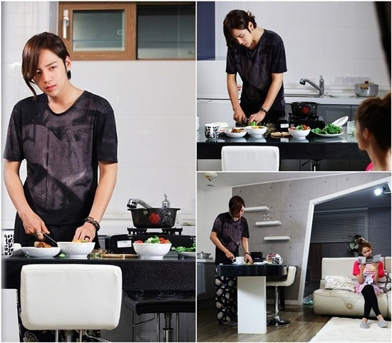Jang Geun Suk âu yếm nhìn bạn gái Yoona trong khi đang nấu ăn ở tập 17 tác phẩm tình cảm lãng mạn Love Rain. Trong cảnh quay, nhân vật do Jang Geun Suk đang chuẩn bị bữa tối cho bạn gái. - Tin sao Viet - Tin tuc sao Viet - Scandal sao Viet - Tin tuc cua Sao - Tin cua Sao