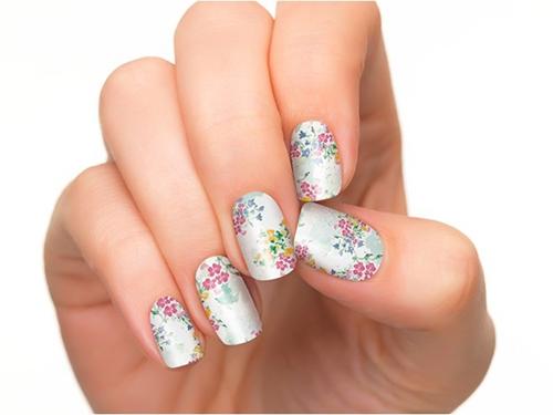 Họa tiết hoa nhí trên nền màu trắng bạc đơn sắc, nhẹ nhàng mà vẫn không hề kém sắc đâu nhé!