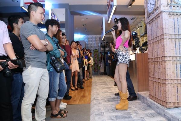 Phần biểu diễn của cô thu hút sự quan tâm của những người đến tham gia sự kiện.
