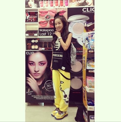 Dara khoe hình chụp tại cửa hàng mỹ phẩm có poster của mình