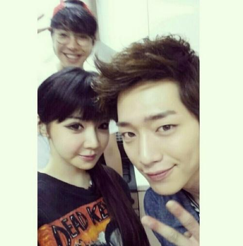 Park Bom khoe hình chụp cùng đồng nghiệp