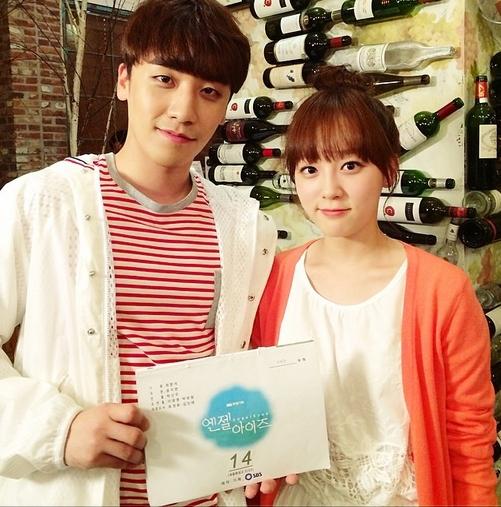 Seungri khoe hình chụp cùng bạn diễn trong bộ phim truyền hình Angel Eyes