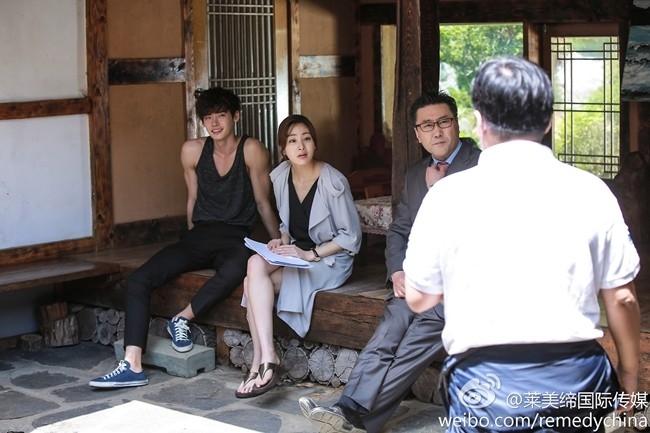 \ Những hình ảnh hậu trường của Lee Jong Suk với đoàn phim cũng toát lên vẻ quyến rũ chết người.