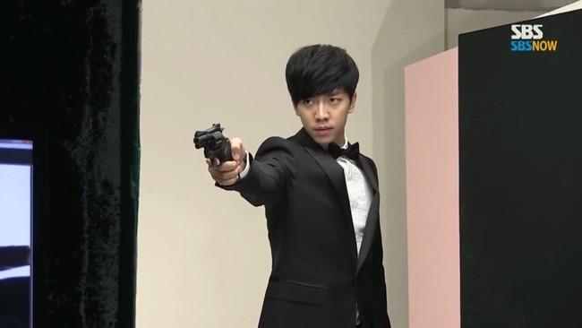 Lee Seung Gi đang tham gia bộ phim You're All Surrounded phát sóng vào thứ 4-5. Vào vai cảnh sát, Lee Seung Gi khiến khán giả bất ngờ với vẻ ngoài ngày càng nam tính của mình.
