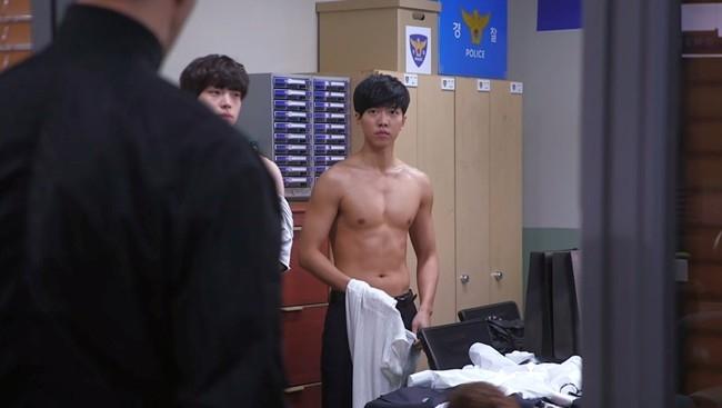 Lee Seung Gi không bao giờ ngừng ngại những cảnh quay khoe thân trên màn ảnh. Dù trông vô cùng thư sinh nhưng nam diễn viên vẫn sở hữu cơ bắp quyến rũ.