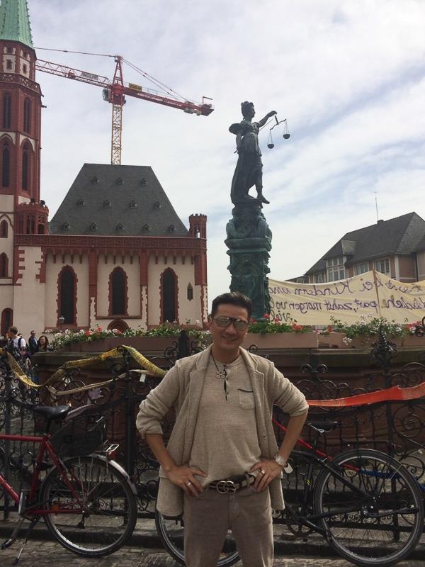 Đây là một sáng tác của Đinh Trung Cẩn & Nguyễn Phan Quế Mai từng được nhiều ca sỹ thể hiện, và Mr Đàm quyết định chọn thu âm nhanh chóng để kịp thời ra đời trong thời điểm này. - Tin sao Viet - Tin tuc sao Viet - Scandal sao Viet - Tin tuc cua Sao - Tin cua Sao