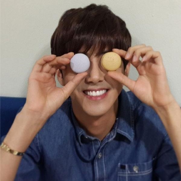 "Kwanghee (ZE:A) khoe hai chiếc bánh caron với nội dung: ""Yummy..caron caron"""