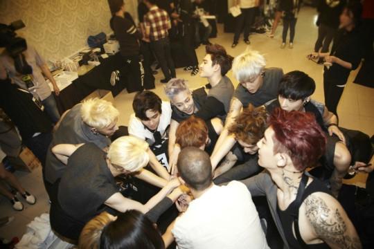 EXO đại đoàn kết sau hậu trường concert