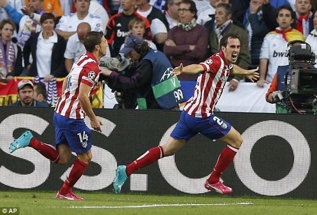 """Godin chính là người mở tỉ số cho Atletico ở phút 36 từ sai lầm ấy của """"thánh Iker"""""""