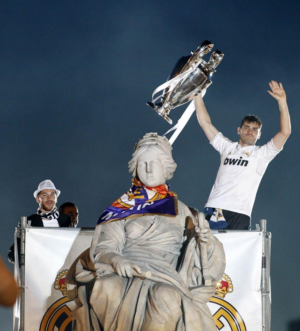 Ramos và Casillas, hai người hùng của Real hãnh diện đứng bên tượng thần đất Cibeles, vị thần mà nửa trắng thành Madrid tôn thờ
