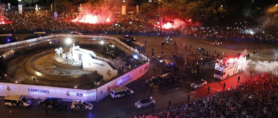 """Chiếc cúp """"nóng hổi"""" được rước về từ ngay sau trận thắng 4-1 của Real trước Atletico ở Da Luz, Lisbon"""