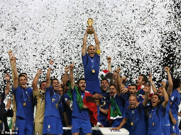 Cannavarocùng đội tuyển Italia nâng cúp vô địch tạiWorld Cup 2006