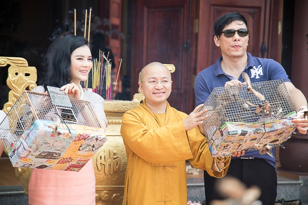 Lý Nhã Kỳ tới chùa tham gia nghi lễ cầu hòa bình - Tin sao Viet - Tin tuc sao Viet - Scandal sao Viet - Tin tuc cua Sao - Tin cua Sao