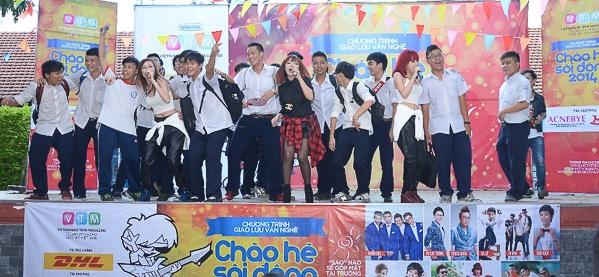 Học sinh trường THPT Marie Curie hát cùng nhóm Bee.T