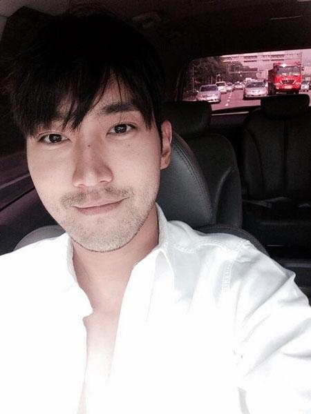 """Siwon khoe hình lãng tử với nội dung: """"Tôi sẽ tham dự Motor Show 2014 tại Busan. Cùng vui nhé các bạn"""""""