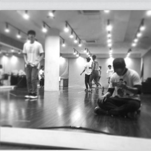 Donghae khoe hình trong phòng tập để chuẩn bị cho màn biểu diễn mới