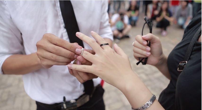 Màn cầu hôn bằng flashmob cạnh chú vịt vàng gây xôn xao cộng đồng mạng