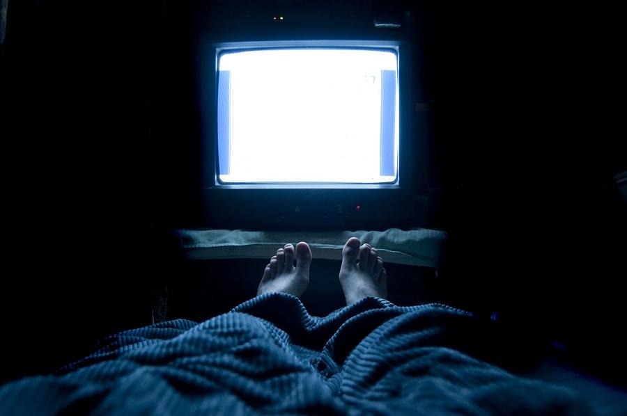Kết quả hình ảnh cho Những việc không nên làm khi xem TV