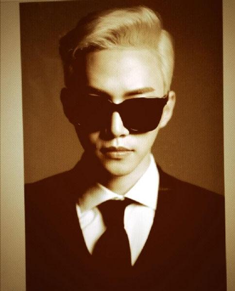 Junho khoe hình đeo kính đẹn cực ngầu