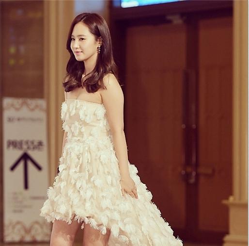 """Yuri khoe hình mặc đầm trắng cực xinh tại lễ trao giải Beaksang với nội dung: """"Cám ơn mọi người rất nhiều"""""""