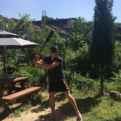 Kang In khoe hình đang tập luyện bóng chày