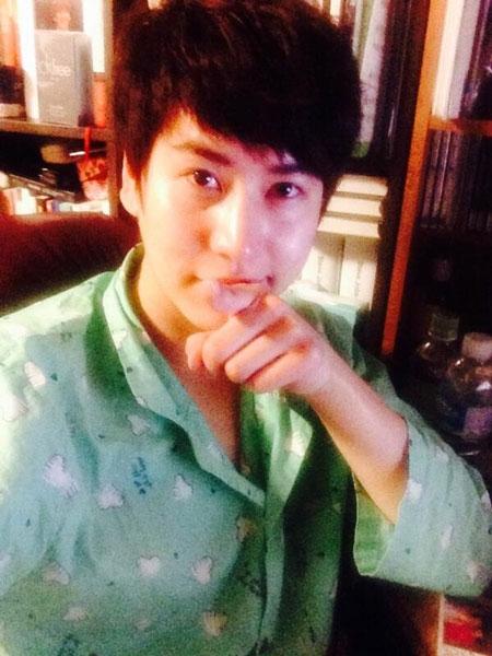 """Kyuhyun khoe hình khiến fan ngất ngây với đồ pijama cực dễ thương cùng tin nhắn: """"Hôm nay là kỷ niệm 8 năm của tôi. Tôi đã nhận được nhiều tin nhắn chúc mừng của các fan sau khi tập dợt trong buổi nhạc kịch. Tôi thật sự cảm thấy rất mệt mỏi trong những ngày này, và xin cảm ơn các bạn một lần nữa. Với ý nghĩ này, tôi quyết định tặng các bạn hình tự sướng đêm nay. Xin hết""""."""