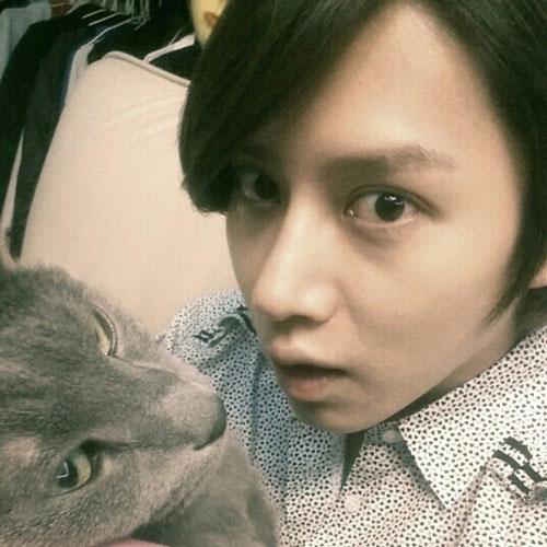 Heechul tạo dáng cùng chú mèo của mình