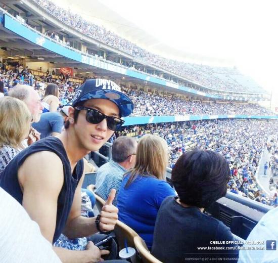Hình ảnh nam tính khỏe khoắn của Yonghwa tại sân bóng cũng được đăng tải lên facebook của CN Blue