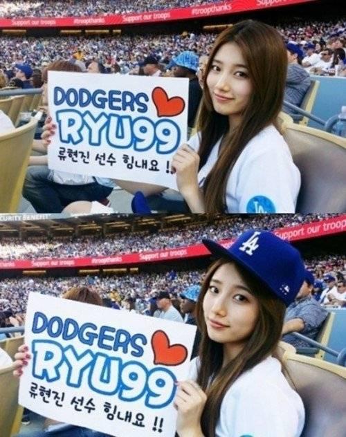 Suzy với tấm bảng cổ vũ cho đôi LA Dodgers và vận động viên Ryu Hyun Jin