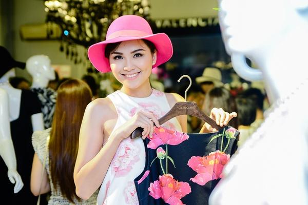"""Hoa hậu Diễm Hương cũng là một """"fan ruột"""" của những thiết kể của NTK Andrian Anh Tuấn"""