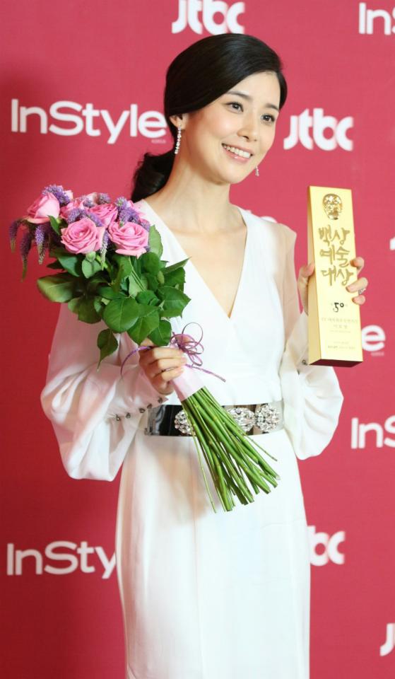 Lee Bo Young nhận được giải thưởng nữ diễn viên xuất sắc nhất ở mảng truyền hình tại Baeksang 2014