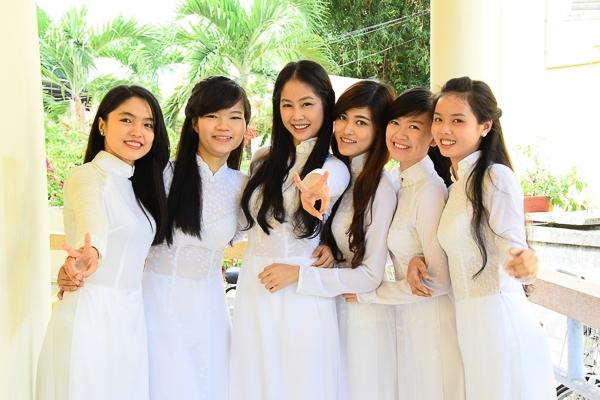 Các bạn Hot Vteen và các thí sinh duyên dáng trong tà Áo dài trắng của nhãn hàng Lencii Thái Tuấn.