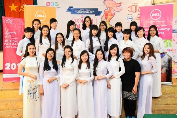 Các thí sinh chụp ảnh lưu niệm với BTC và đại diện nhãn hàng Lencii, thương hiệu Áo dài Thái Tuấn.