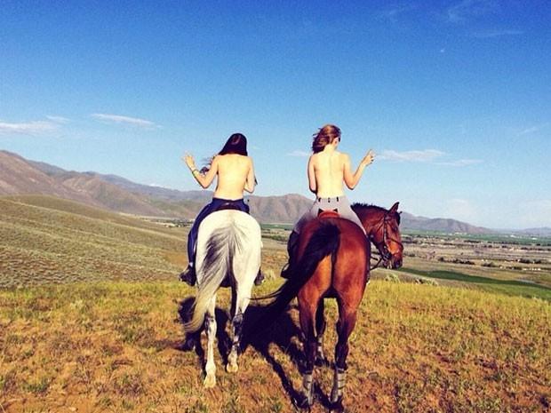 Những cô gái chụp hình không mặc áo - Trào lưu du lịch táo bạo đầy nóng bỏng