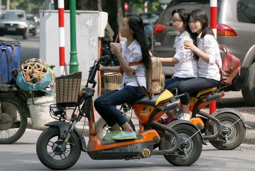 Theo nghị định 71, xe máy điện là loại không có bàn đạp. Hiện nay, nhiều học sinh dụng phương tiện này phổ biến và vi phạm luật giao thông nhưng không bị xử lý. Ảnh:Bá Đô.