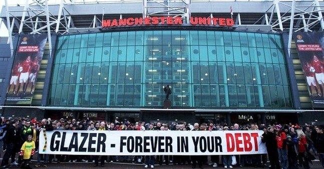 Một bộ phận người hâm một Man Utd đến giờ vẫn phản ứng tiêu cực với Malcom Glazer và gia đình ông vì khoản nợ mà CLB bị gán sau vụ thâu tóm.
