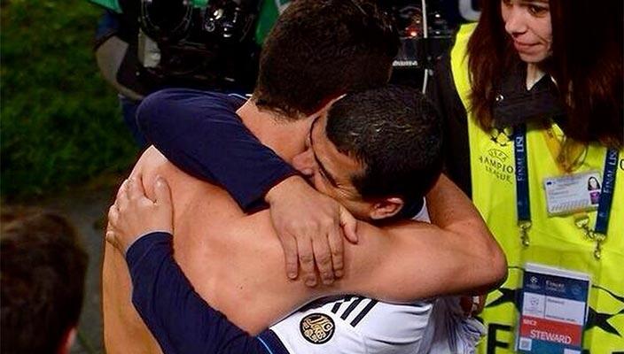 Ronaldo rất biết ơn người bạn thuở nhỏ Fantrau khi chạy lên khán đài ôm chầm lấy bạn