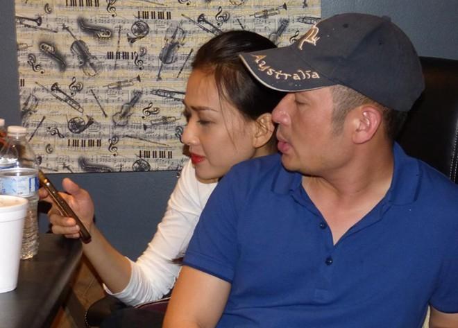 """Trong đó có bức ảnh hai người ngồi tình tứ bên nhau. Ông xã Thu Phương viết: """"Nghe tin lâu rồi, hôm nay BK (Bằng Kiều - PV) đã chính thức giới thiệu bạn gái với mình và Phương"""". - Tin sao Viet - Tin tuc sao Viet - Scandal sao Viet - Tin tuc cua Sao - Tin cua Sao"""