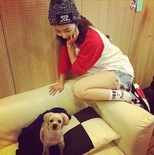 """HyunA khoe hình tạo dáng """"khó đỡ"""" ngắm nhìn chú cún"""