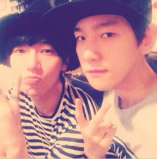 Baekhyun khoe hình chụp cùng đàn anh Yesung