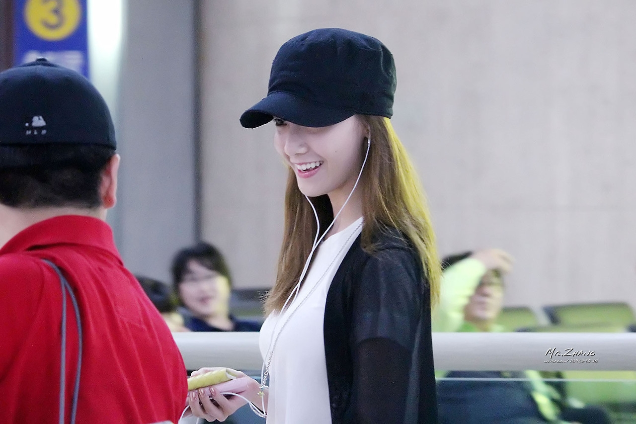 Soi phong cách trẻ con của Yoona tại sân bay