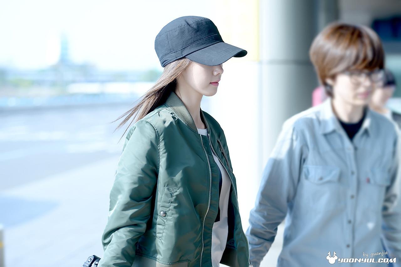 Đôi khi chỉ là những chiếc mũ lưỡi trai đơn giản nhưng không hề làm giảm đi sự nổi bật của Yoona tại sân bay