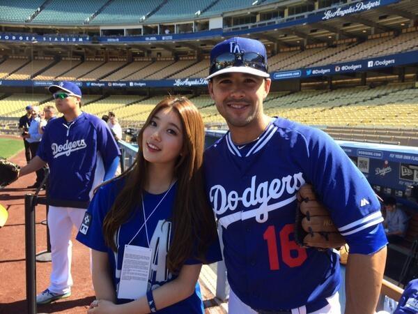 Suzy quá sức dễ thương trên sân bóng chày tại Los Angeles