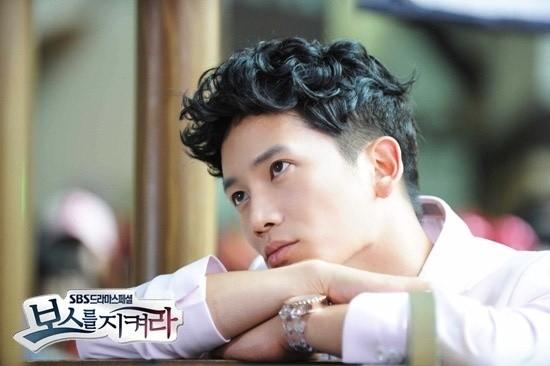 """Ji Sung hoàn toàn """"vô cảm"""" trước những cảnh quay của vợ."""
