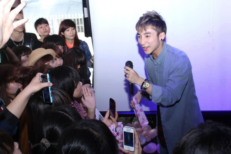 Chiếc áo và vòng tay mà Sơn Tùng đeo trong buổi offline fan.